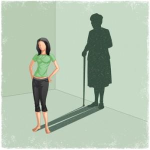 Mujer joven con sombra de mujer vieja